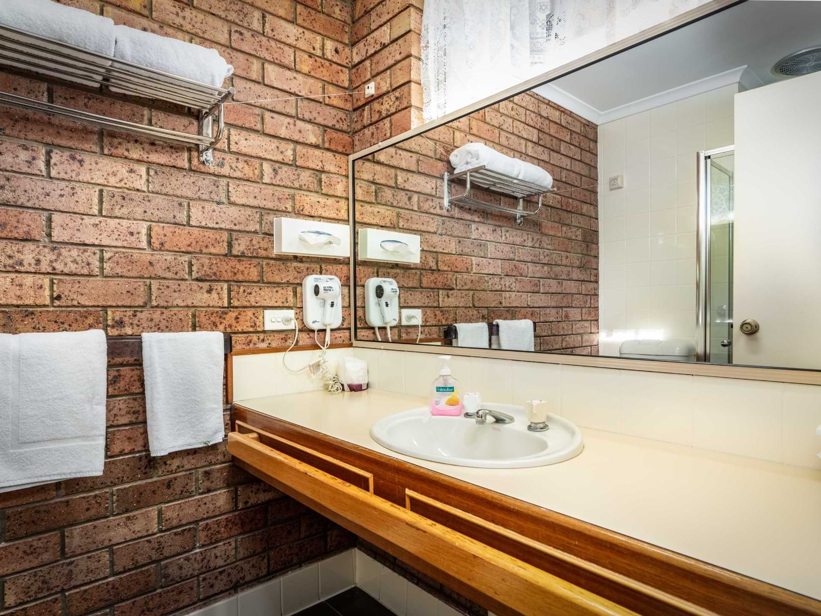 6-Bathroom-6 Large Suite-sRGB@2x