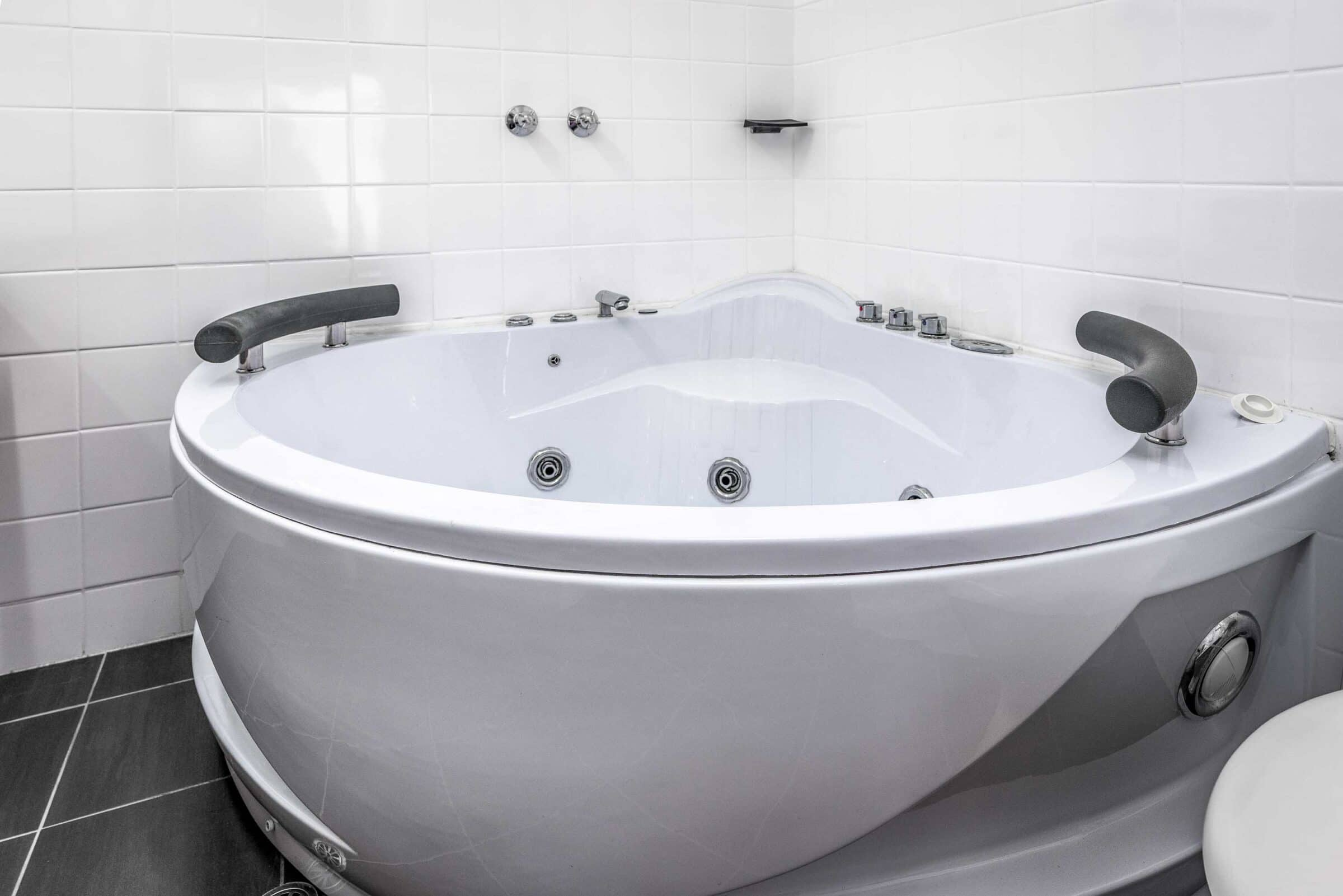 13-Hot Tub-13 Small Suite Motel Accommodation Merimbula - Comfort Inn Merimbula