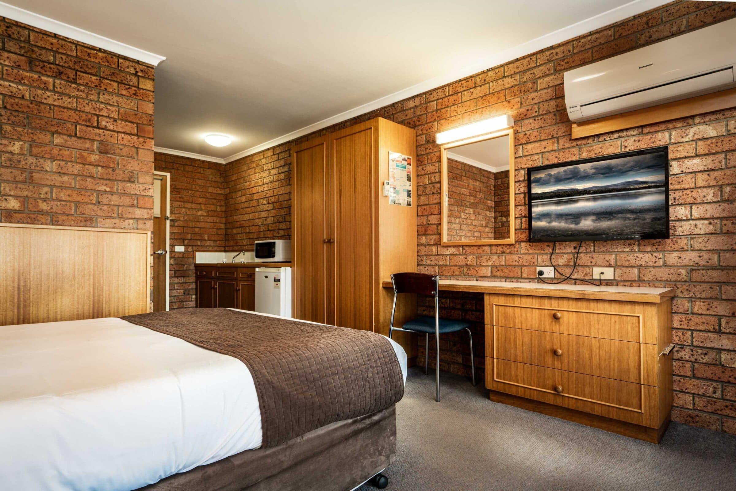 4-Main Bedroom-4 Large Suite Motel Accommodation Merimbula - Comfort Inn Merimbula