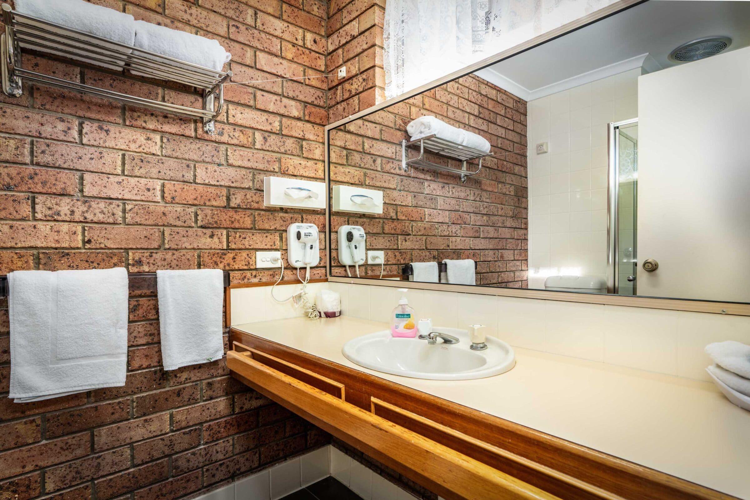 6-Bathroom-6 Large Suite Motel Accommodation Merimbula - Comfort Inn Merimbula