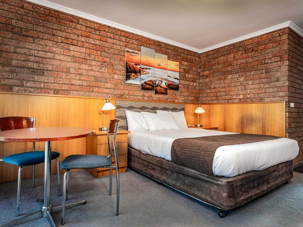 1-Main-Bedroom-1-Large-Suite-sRGB-1@2x