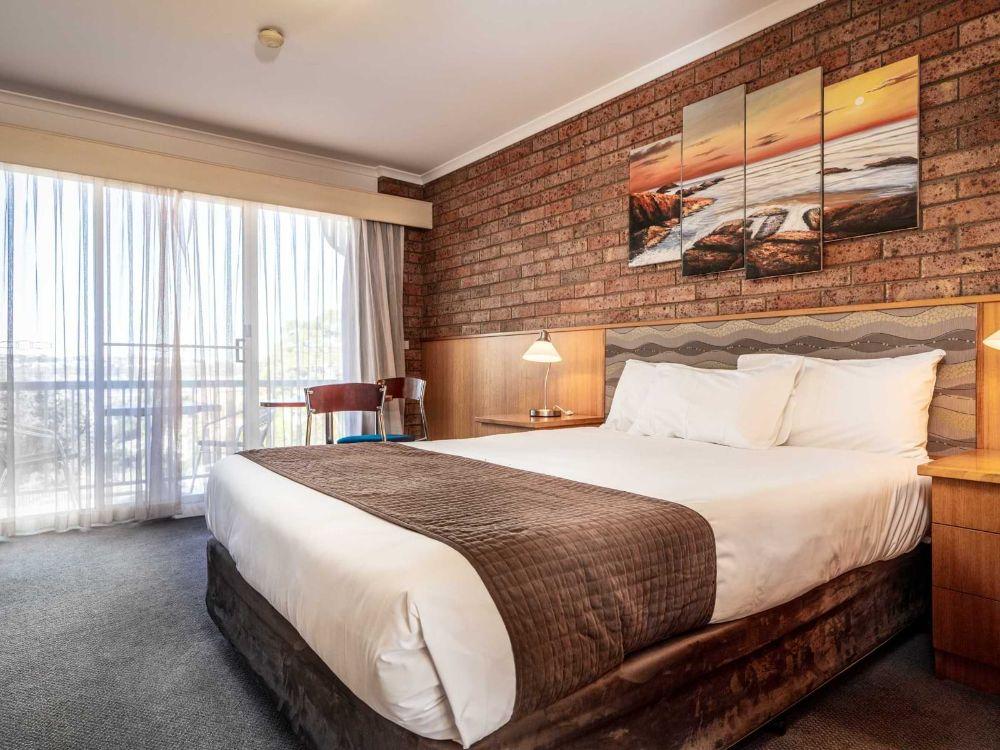 3-Main-Bedroom-3-Large-Suite-sRGB@2x